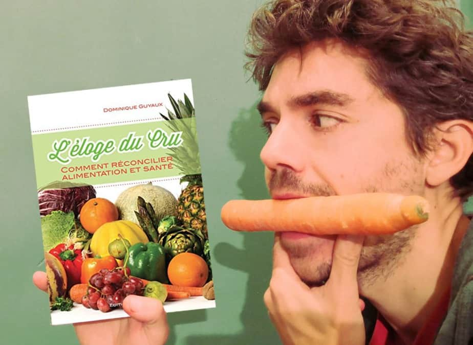 livre : l'éloge du cru, et moi avec un carotte dans la bouche