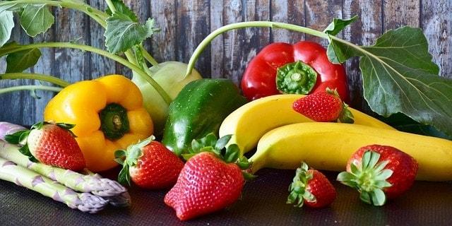 mélange de fraises, bananes, poivrons, asperges, etc.